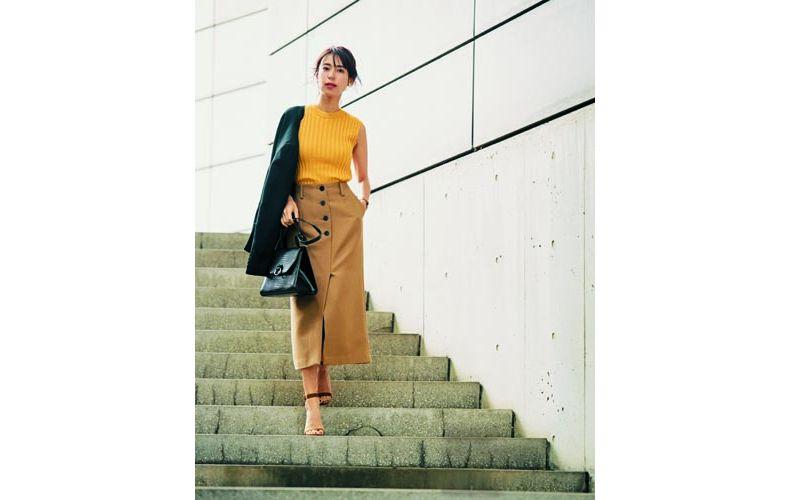 【8】黒ジャケット×黄ニット×キャメルタイトスカート