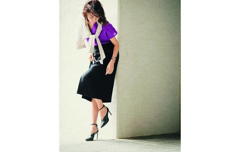 【1】白カーディガン×紫ブラウス×黒フレアスカート