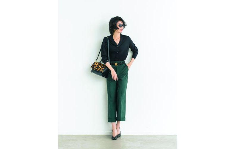 【2】黒カーディガン×緑ワイドパンツ×黒パンプス