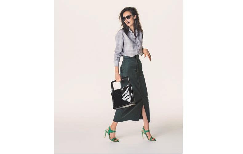 【4】チェックシャツ×黒ロングタイトスカート