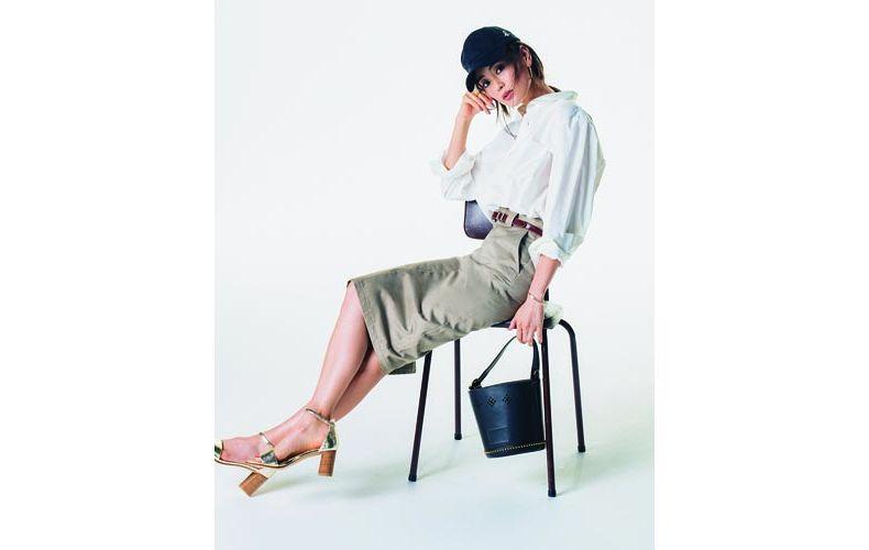 【2】白シャツ×ベージュタイトスカート