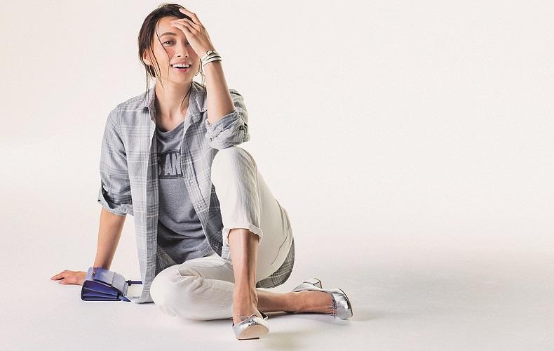 【6】グレーチェックシャツ×グレーTシャツ×白デニムパンツ