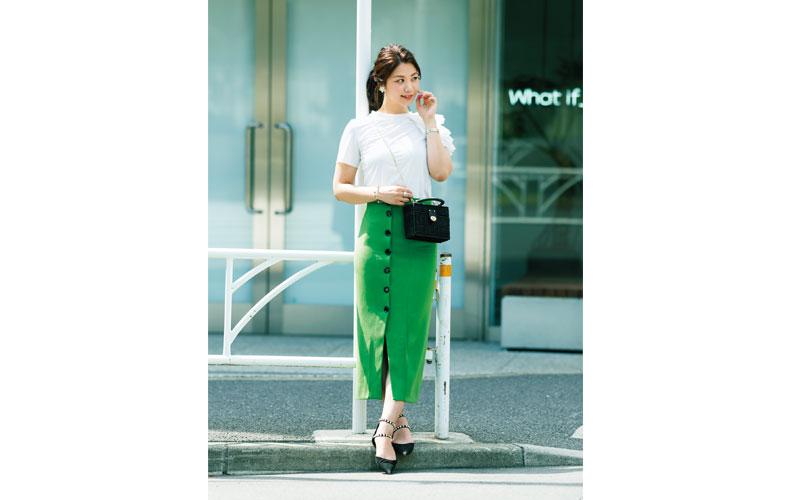 【5】白カットソー×グリーンタイトスカート