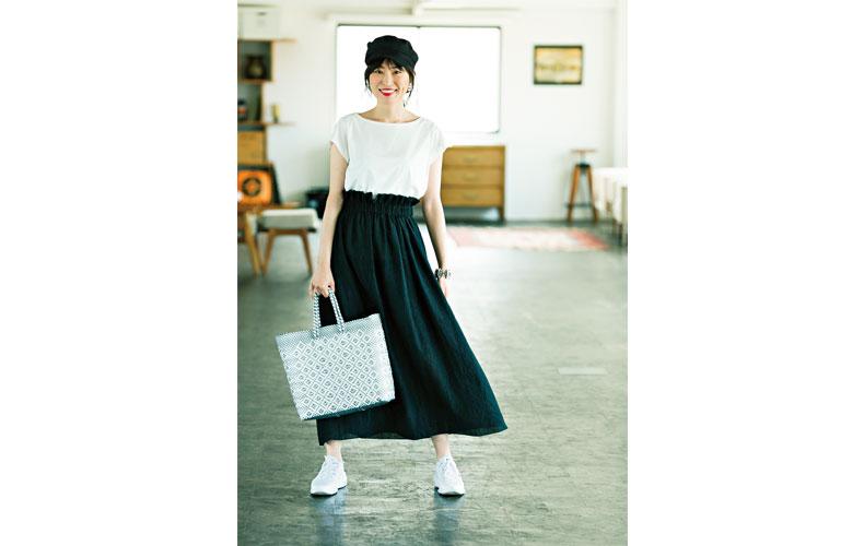 【8】白Tシャツ×黒ロングスカート×黒キャップ