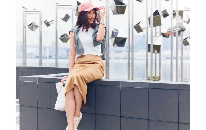 【4】白トップス×茶スカート×カーキシャツ