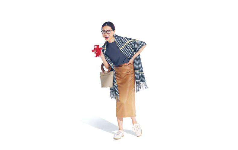 【1】ストール×グレーTシャツ×ブロンズタイトスカート×白スニーカー