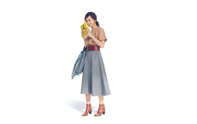 【2】ベージュTシャツ×チェックフレアスカート×ライトブラウンショートブーツ