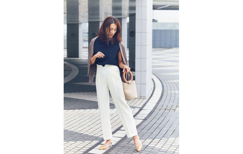 【7】茶カーディガン×紺ニット×白パンツ