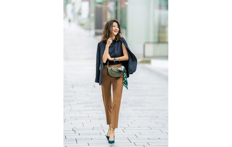 【3】ネイビーTシャツ×ベージュパンツ×紺ジャケット