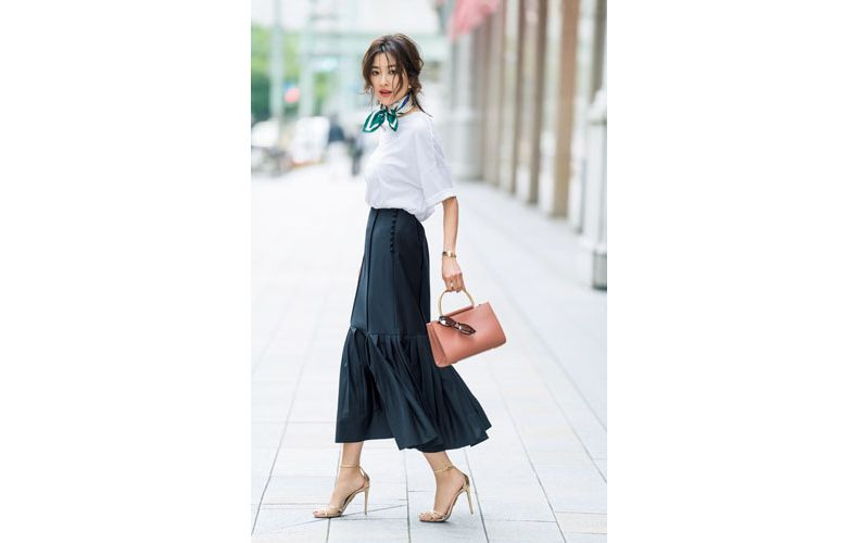 【3】白カットソー×紺ロングスカート