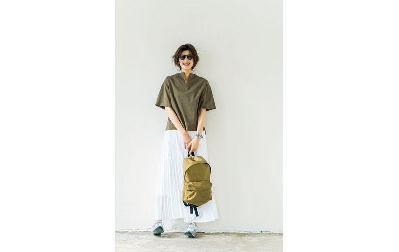 【3】カーキシャツ×白プリーツスカート