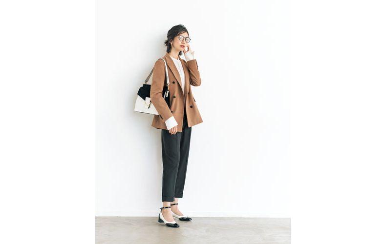 【3】白ブラウス×黒パンツ×キャメルジャケット