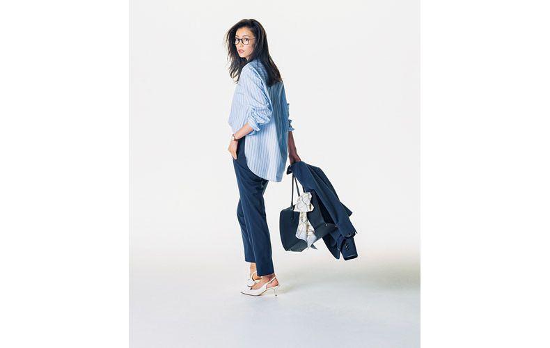 【1】ストライプシャツ×デニムパンツ×紺ジャケット