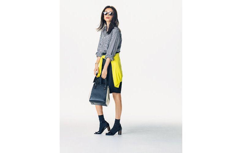 【2】黒パンツ×黄色カーディガン×チェックシャツ