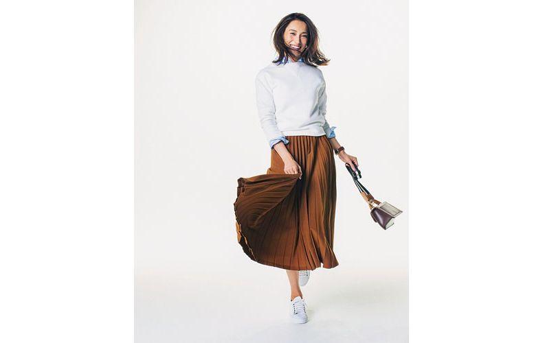 【2】白スエット×水色シャツ×茶色プリーツスカート×白スニーカー