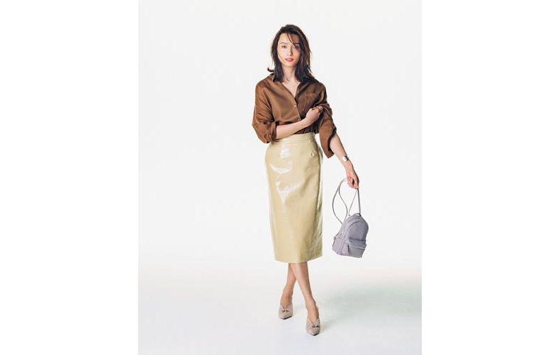 【2】ベージュタイトスカート×茶色シャツ