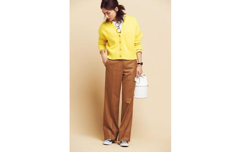 白Tシャツ×キャメルワイドパンツ×黄色ニットカーディガン