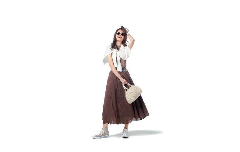 【4】ベージュカットソー×ブラウンロングスカート×白カーディガン