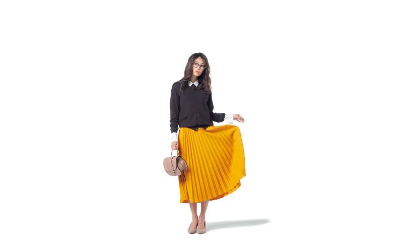 【1】黒カーディガン×黄色プリーツスカート×白シャツ