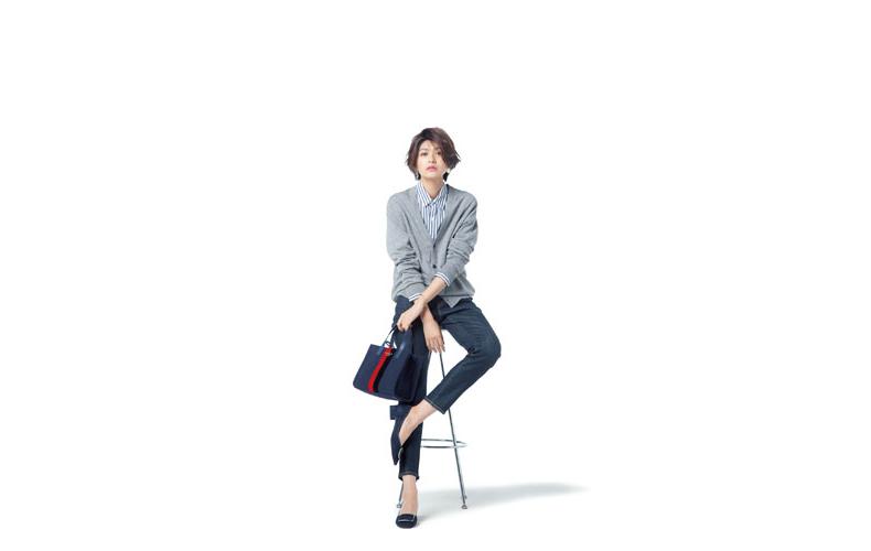 【2】ストライプシャツ×デニムパンツ×ユニクロのグレーカーディガン