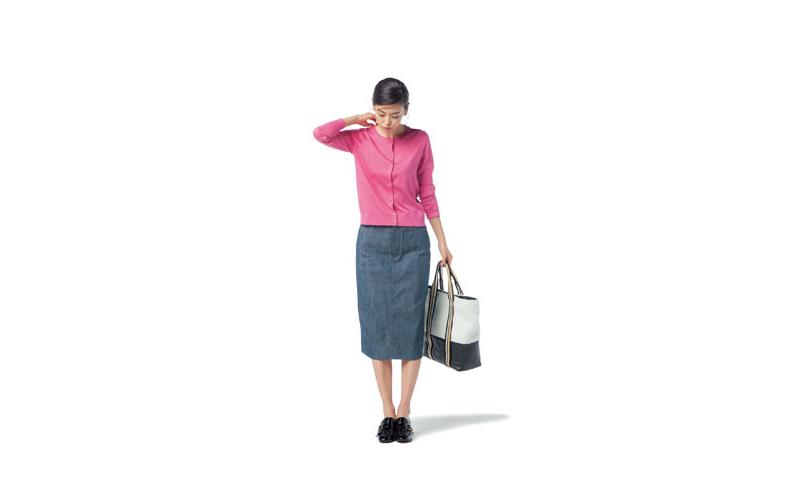 【1】デニムタイトスカート×ピンクの丸首カーディガン