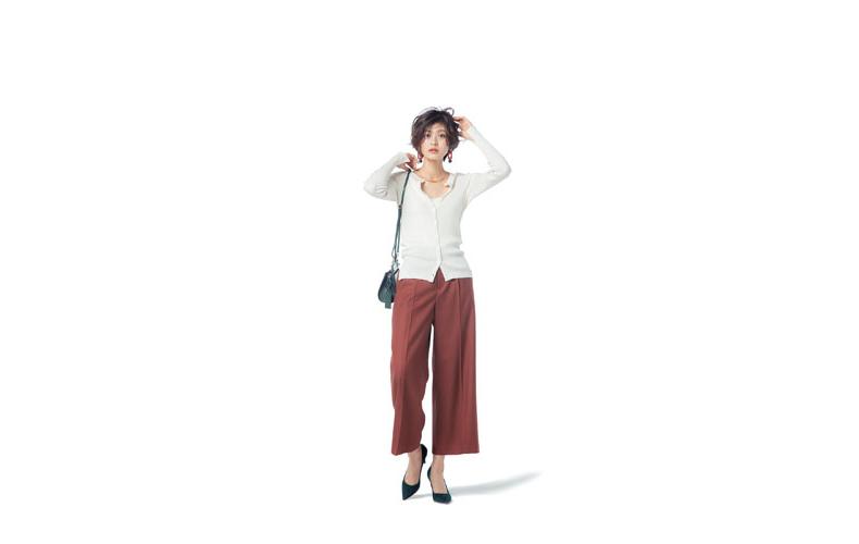 【1】茶色ワイドパンツ×白カーディガン
