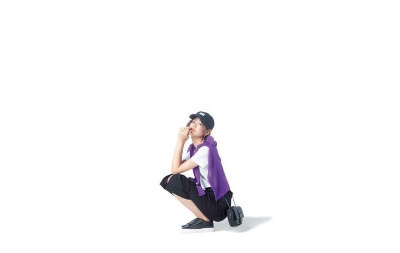 【3】白Tシャツ×紫カーディガン×黒タイトスカート×黒キャップ
