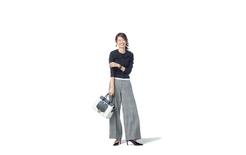 【2】白Tシャツ×チェックワイドパンツ×黒カーディガン