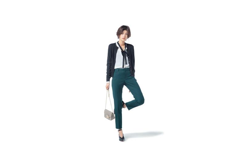 【1】白ブラウス×緑パンツ×黒カーディガン
