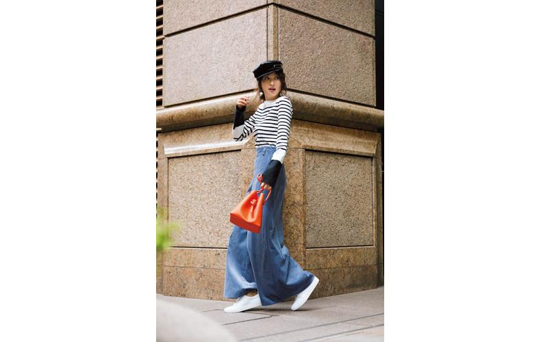 【1】ボーダーカットソー×青コーデュロイワイドパンツ×白スニーカー