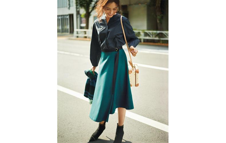 【1】ネイビーブラウス×緑フレアスカート×黒ショートブーツ