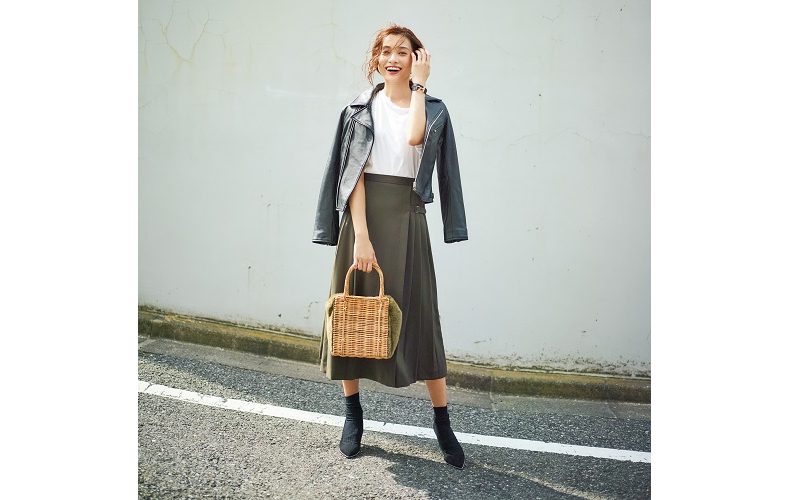 【1】黒ジャケット×白Tシャツ×カーキロングスカート