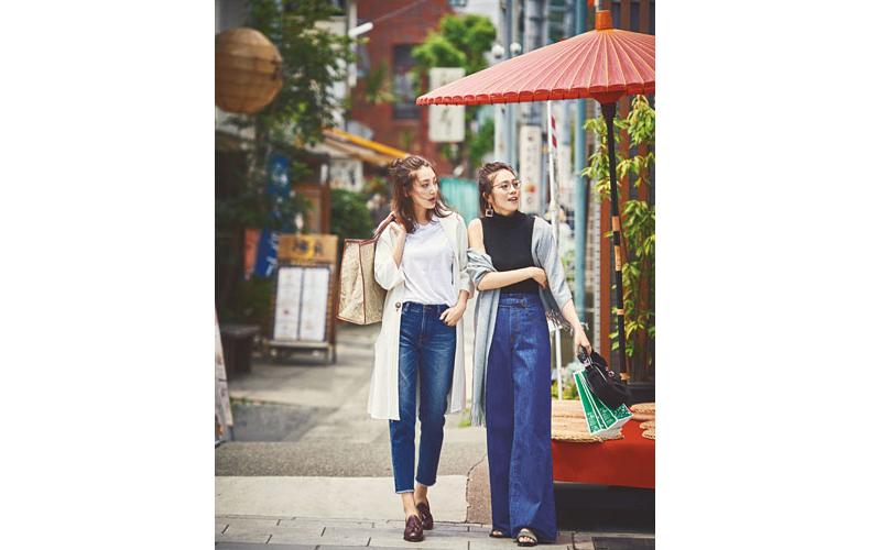 【1】白コート×白Tシャツ×ジーンズ×カジュアルな革靴