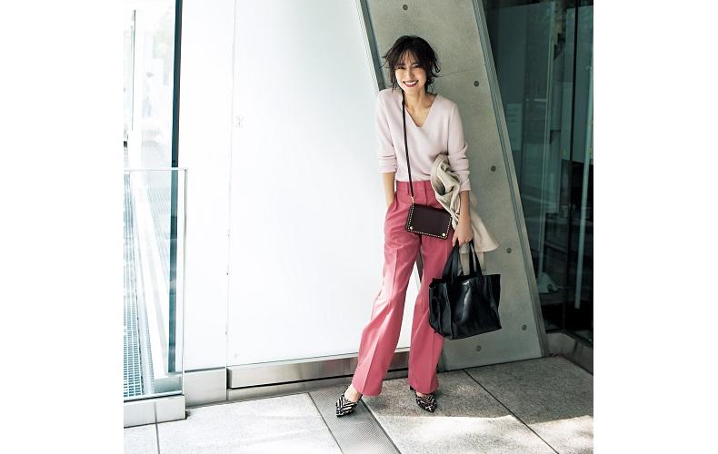 【4】ピンクVネックニット×ピンクワイドパンツ×ベージュジャケット