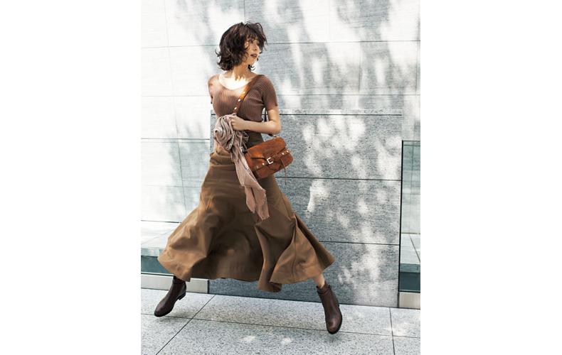【2】キャメルフレアスカート×茶色ニットのエレガントな着こなし