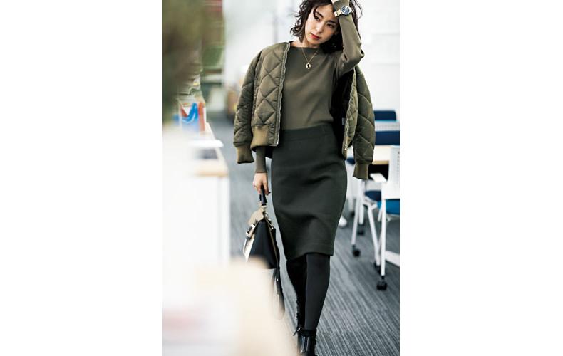 【5】カーキニット×緑タイトスカート×黒ショートブーツ