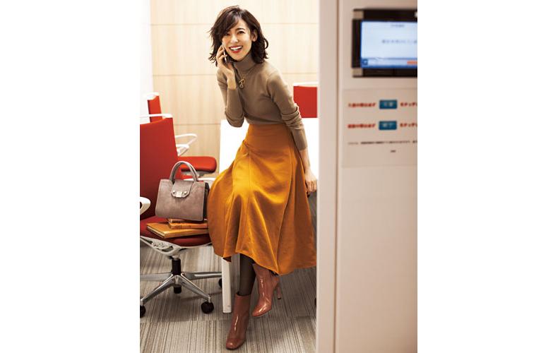 【2】ベージュニット×黄色フレアスカート×茶色ショートブーツ