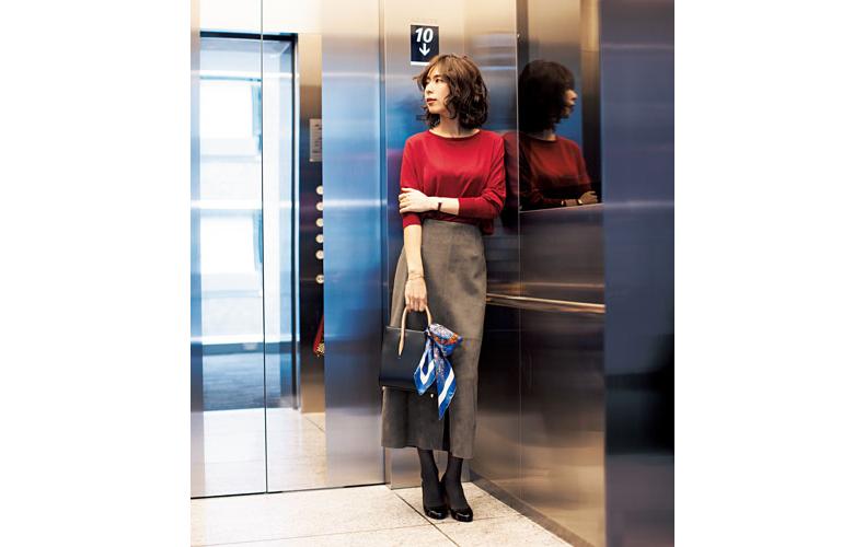 【3】グレージュタイトスカート×赤ニット