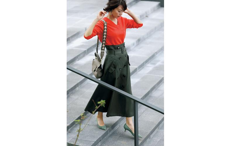 【7】オレンジVネックニット×カーキフレアスカート