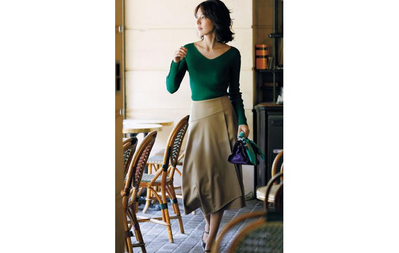 【2】緑ニット×ベージュスカート