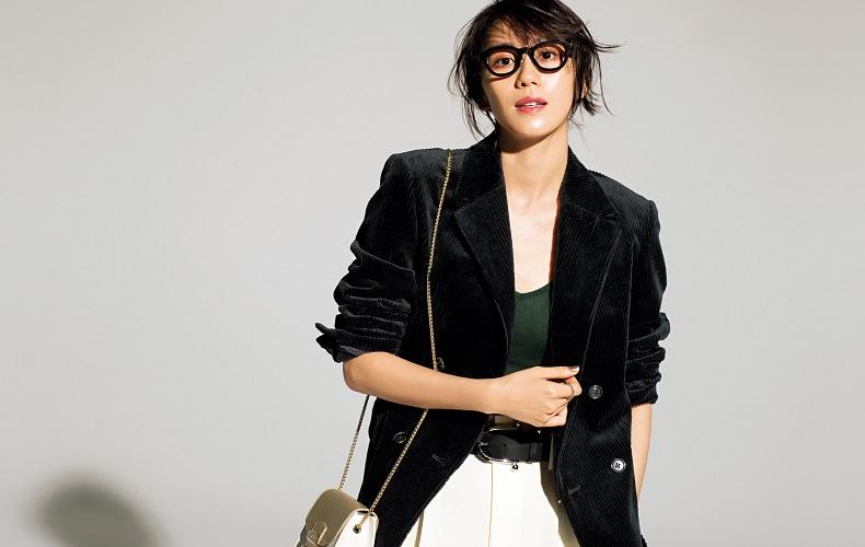 【4】黒コーデュロイジャケット×緑タンクトップ×白パンツ
