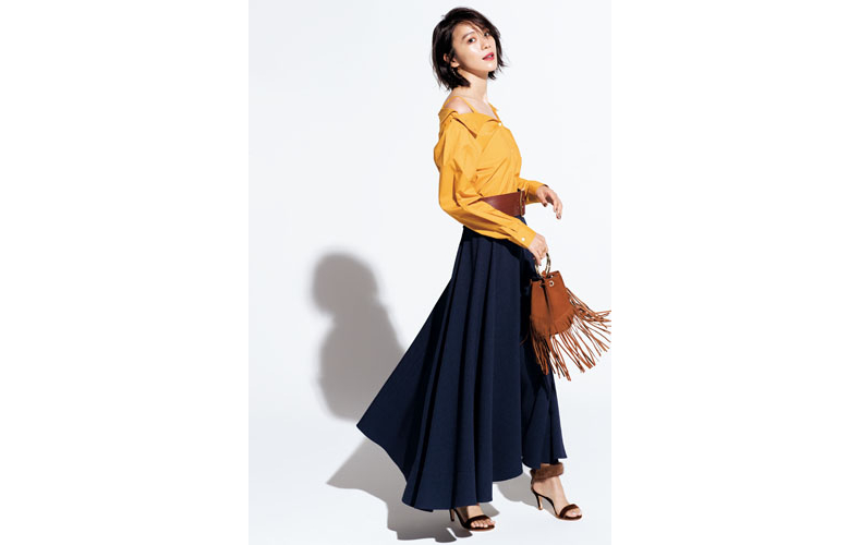 【4】黄色ブラウス×ネイビーフレアロングスカート