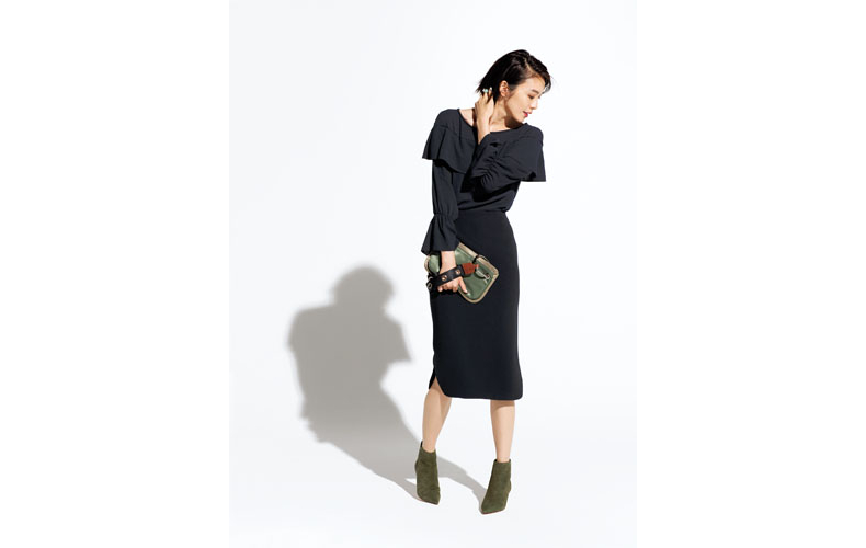 【1】黒ブラウス×黒タイトスカート