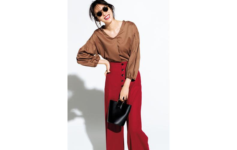 【2】赤パンツ×茶色ブラウス