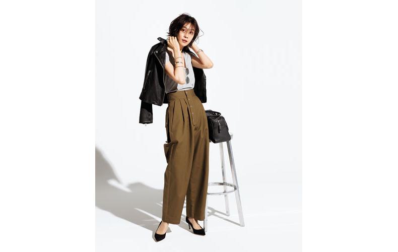 【3】グレーTシャツ×茶色ワイドパンツ×黒ブルゾン