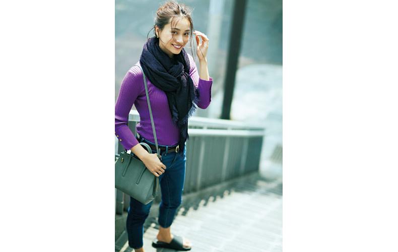 【5】紫ニット×ストール×デニムパンツ