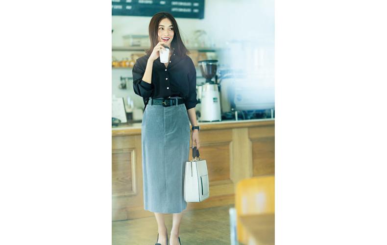 【1】黒シャツ×グレーコーデュロイタイトスカート