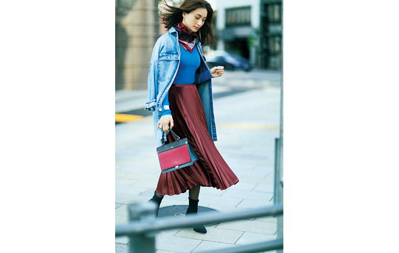 【5】デニムシャツ×ブルーニット×ボルドープリーツスカート