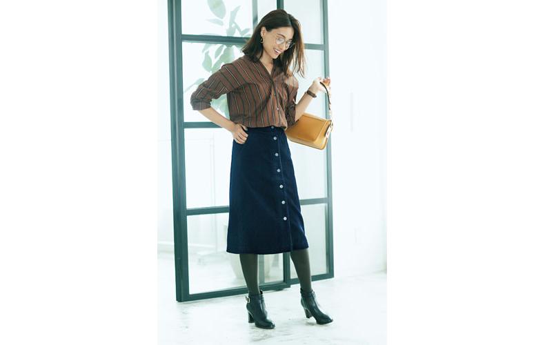 【2】ストライプシャツ×ユニクロのネイビーコーデュロイタイトスカート