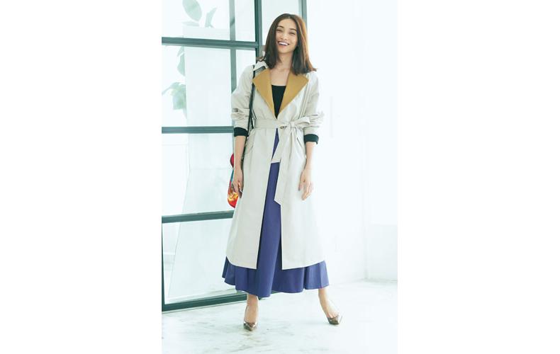 【7】白ロングコート×黒ニット×青フレアロングスカート